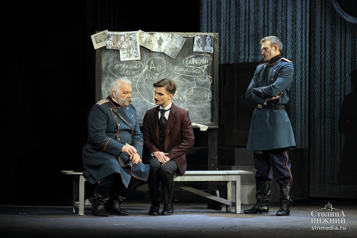 Сцена из спектакля «Сыщики» Нижегородского театра «Комедiя». Фото: Андрей Абрамов.